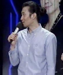歌手满江现身舞台