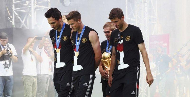 德国队抵柏林夺冠庆典 千万球迷举旗迎英雄凯旋