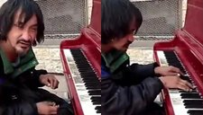流浪汉街头演奏钢琴 弹出天籁之音