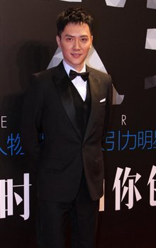 冯绍峰黑色西装帅气亮相