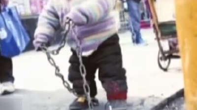 2岁男童被铁链锁街头 回到亲生父母身边却大不如前