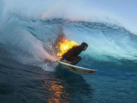 水与火之歌 专业冲浪者身披火焰完成冲浪