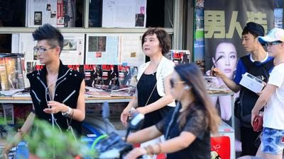 刘晓庆易容卖杂志遭吐槽 昔日狱友现身完成十年之约