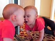当萌宝遇到镜子 玩得停不下来
