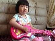 2岁半可爱宝宝吉他弹唱