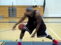 篮球基本功(1) 胯下变向过人[篮球运球]