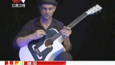 非洲街头艺人用油漆桶自制吉他忘情弹奏