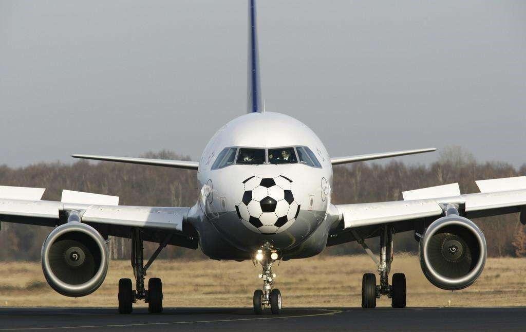 富力君发现很多球迷都 喜欢往广州白云国际机场跑 甚至不是为了坐飞机
