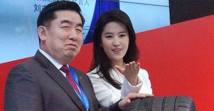 刘亦菲白裙现身车展 对新戏三缄其口