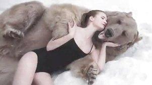 俄罗斯美女模特与巨熊雪地相拥