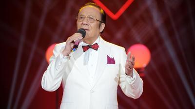 杨洪基为爱妻唱星星主题曲 结婚前没摸过妻子的手