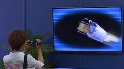 探月工程展正在展出 观众可亲眼观看月球