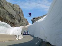 滑雪冠军飞跃高速赛车 雪山上演速度与激情