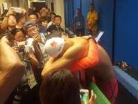 看着心疼!孙杨400自失金赛后抱女记者痛哭