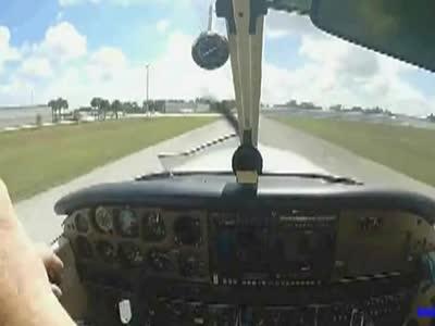 实拍飞机飞行中被鸟撞击的惊人一幕!