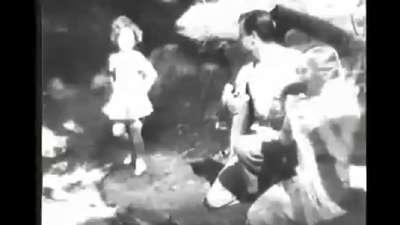 戏水的秀兰·邓波儿--影片:《我们的小姑娘》
