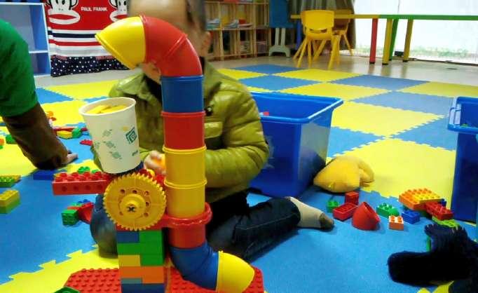 乐高积木是由丹麦的奥利柯克克里斯琴森(Ole Kirk Christiansen)发明的一种塑料积木,一面有凸粒,另一面有可嵌入凸粒的孔,形状有1300多种,每一种形状都有12种不同的颜色,以红、黄、蓝、白、黑为主。它靠小朋友自己动脑动手,可以拼插出变化无穷的造型,令人爱不释手,被称为魔术塑料积木。 多数乐高积木都有两个基本组成部分上部的突点和内部的孔。积木的突点比孔和侧壁之间的空间稍大。当您把积木挤压在一起时,突点向外推侧壁并向里推孔。这种材料有弹性并能保持原形,所以侧壁和孔将挤住突点