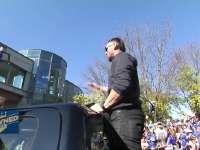皇家队世界大赛夺冠游行 外野手奥兰多向观众致意