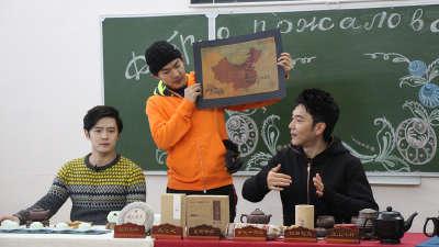 林依轮李威变身代课老师 付辛博裸上身跳冰湖