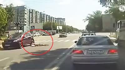 女子过马路被撞_宜宾中山街一女子过马路被撞飞头部鲜血直流
