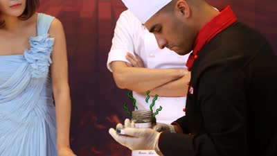 中国厨师没盐炒川菜 臭豆腐难住外国大厨