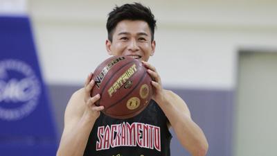 篮球赛前大师课魔性运球 乔振宇表现像小区老干部