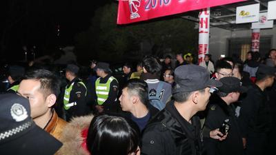 广厦球迷聚集场外!安保护送北京男篮安全离场