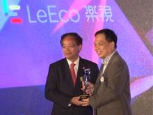叶国谦先生为乐视颁发金紫荆奖