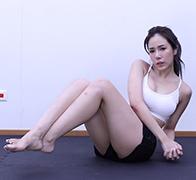 女神爆汗挑战腹肌动作