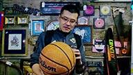 挑货挑出感触!80年代老篮球让杨毅爱不释手