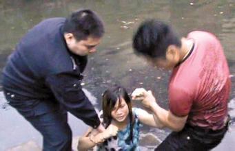 不给买包老婆跳河 丈夫下水殴打