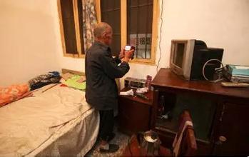 4个儿子16套房  81岁老爹租房住
