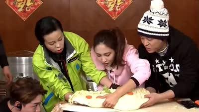 张进被当成邻居大妈 直径最大的饺子诞生