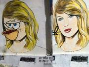 墙倒众人推!霉霉街头油画惨遭恶搞 五官扭曲