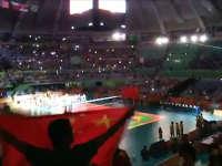 女排入场观众举国旗欢呼 彩球满天飞嗨爆全场