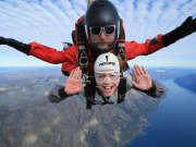美女挑战高空跳伞