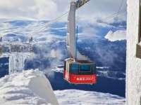 世界最大滑雪场 从楼上滑到楼下居然出国了