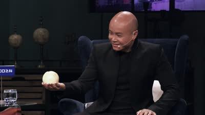 乐嘉手握E罩杯体会手感