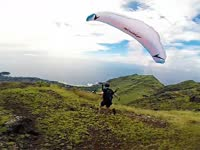 高空穿梭在高楼林立之间 体会不一样的降落伞