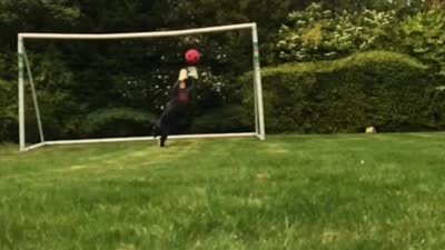【球星】布拉沃晒儿子扑救视频却躺枪 5岁小门神力拒老爸点球