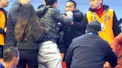 特警都出动了!辽宁广厦球迷看台起冲突互撕