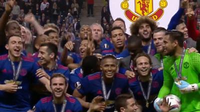 捧杯时刻!鲁尼捧曼联首个欧联奖杯 红魔全满贯来了