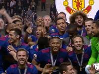 【捧杯时刻】鲁尼捧曼联首个欧联奖杯 红魔全满贯来了