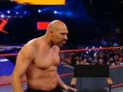 光脚不怕穿鞋的!球爹WWE现场撕衣光膀欲PK摔跤手