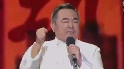 """68岁大爷负重百斤石锁 陈道明盛赞""""三狮狂舞"""""""