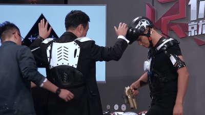 乐嘉带qiang出巡