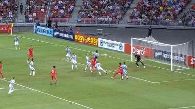 新加坡角球给到禁区 哈伦头球偏出未进