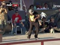 滑板大赛男孩互拥 战斗友情最坚固