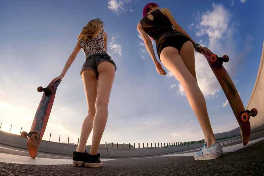踩着滑板各种撒野
