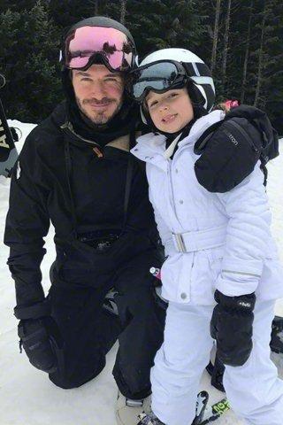 小贝带全家加拿大滑雪 男神单板玩得溜溜的